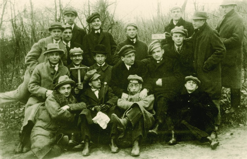 On holidays in Słupca. Stefan Korboński sitting in the middle, wearing a bowler hat, 1921